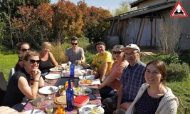 repas-convivial-jardin-lasagne-ateliers-en-herbe