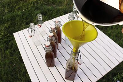 Remplissage des bouteilles de sirop de menthe -Ruche Est-Toulouse